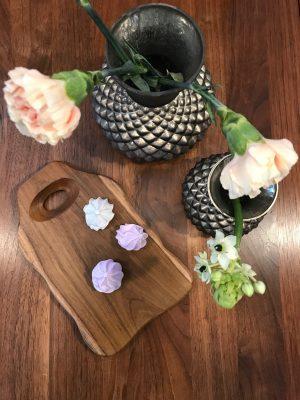 Teaktræ skærebræt fra Bali og vaser fra Vanilla Fly hos butik By Schytte