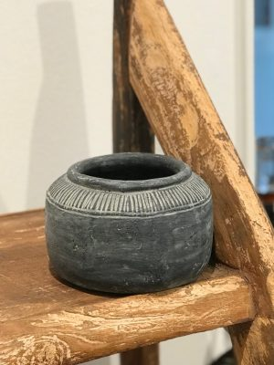 Mellem flad grå keramik krukke fra cest bon