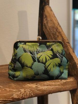 Sonja Love skuldertaske eller clutch med i sort og grønt blad mønster
