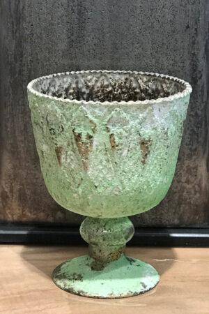 Glasvase på fod i grøn højde 17 cm.