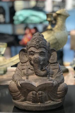 Bali sten figur af elefant med bog