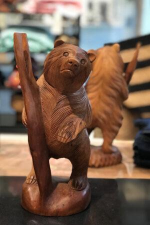 Håndskåret træbjørn fra Bali. H: 30 cm.