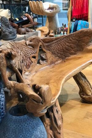 Håndskåret træbænk fra Bali, med motiv af en ørn på ryglænet