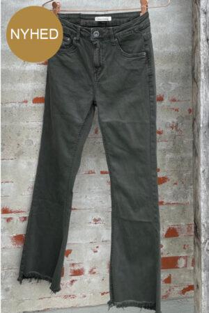 Cabana Living Ann jeans military. Arby grøn jeans med rå buksekant og vidde i bukseben