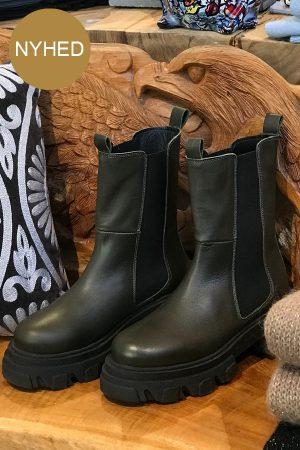 Original Sin Sonja kort mørk grøn læderstøvle med elastik i siderne
