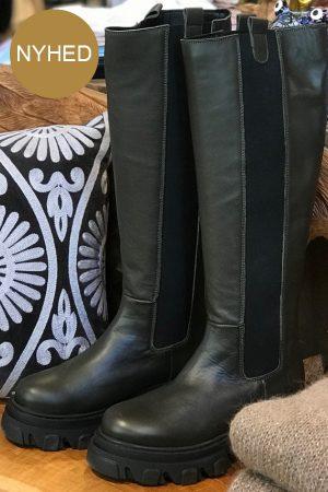 Original Sin Isabel langskaftet mørk grøn læderstøvle med elastik i siderne