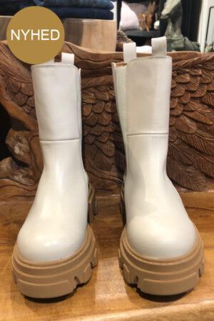 Original Sin creme skindstøvler Sonja med karamel brun sål og hvid elastik i skaftet