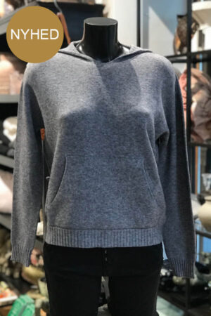 Piro grå strikket hættebluse med kængurulomme foran. Med ribkant detaljer