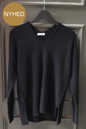 Piro sort viskose strik bluse med V-hals og slidser. Ribkant ved ærmer